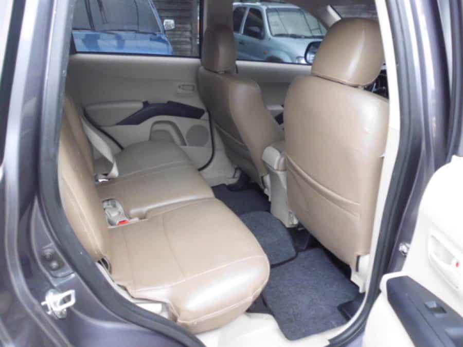 2008 Mitsubishi Outlander - Interior Rear View