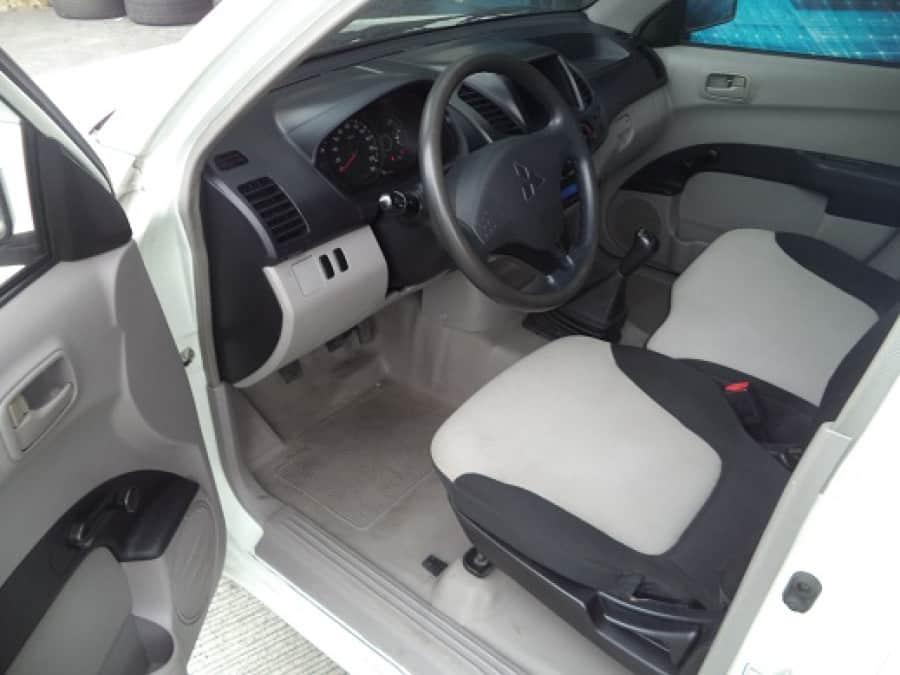2012 Mitsubishi L200/Pick Up - Interior Front View