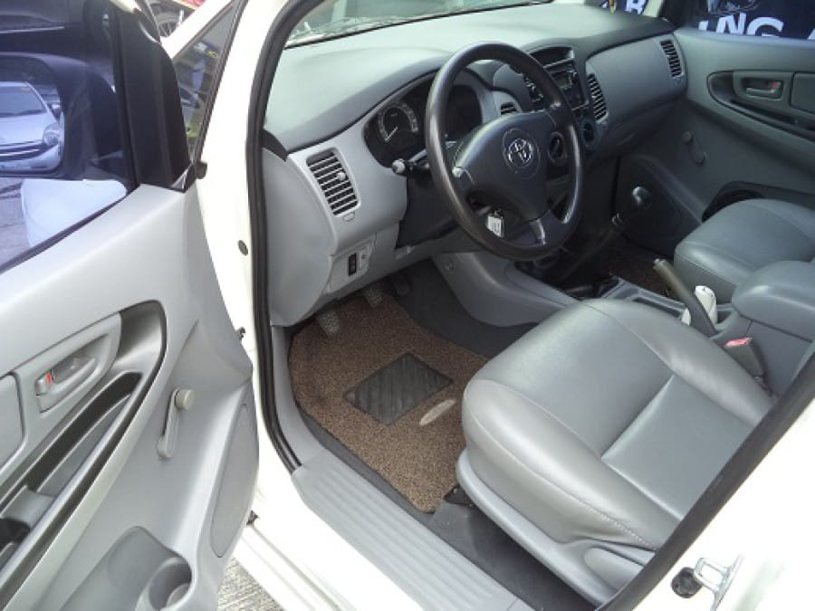 2005 Toyota Innova J - Interior Front View