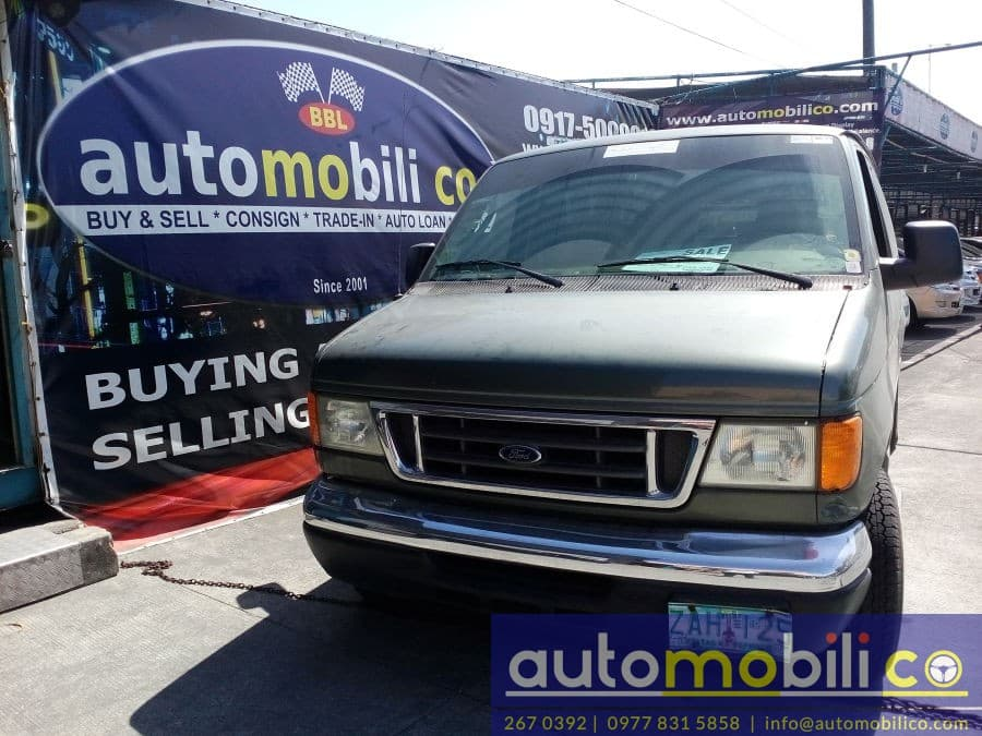 2005 Ford E-150 - Front View