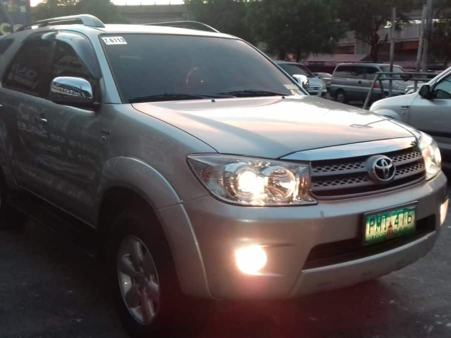2010 Toyota Fortuner - Right View