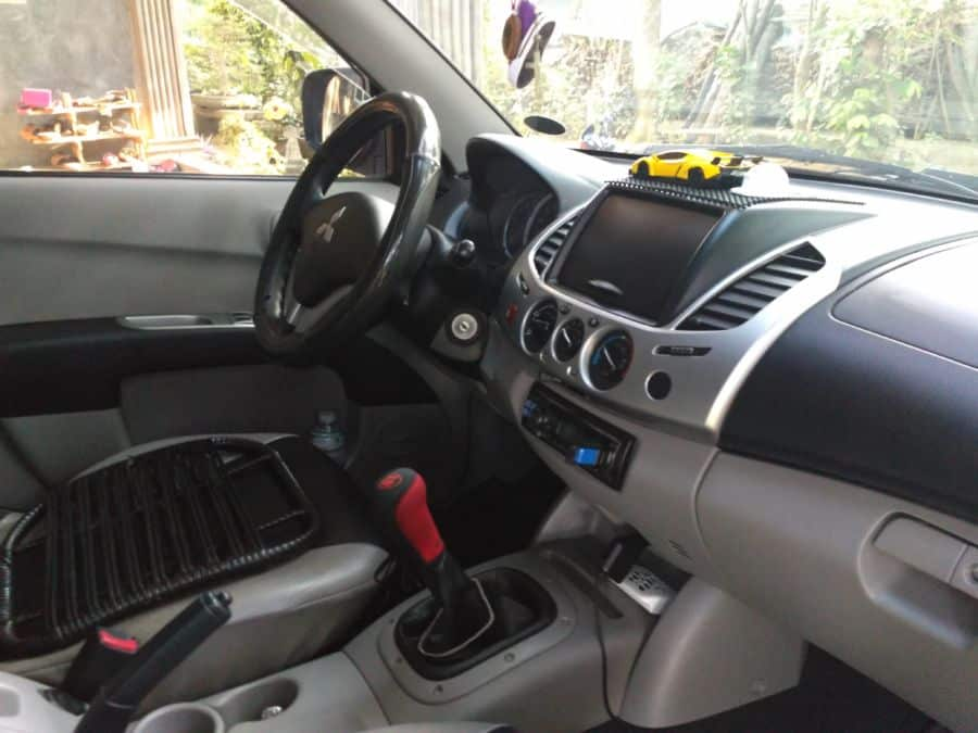 2010 Mitsubishi L200/Pick Up - Interior Front View