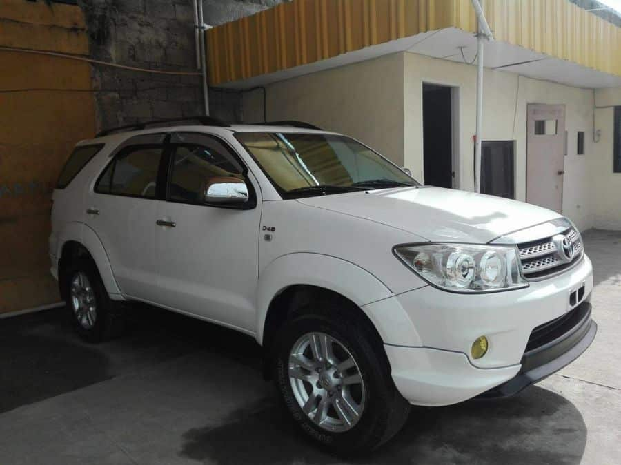 2011 Toyota Fortuner - Right View