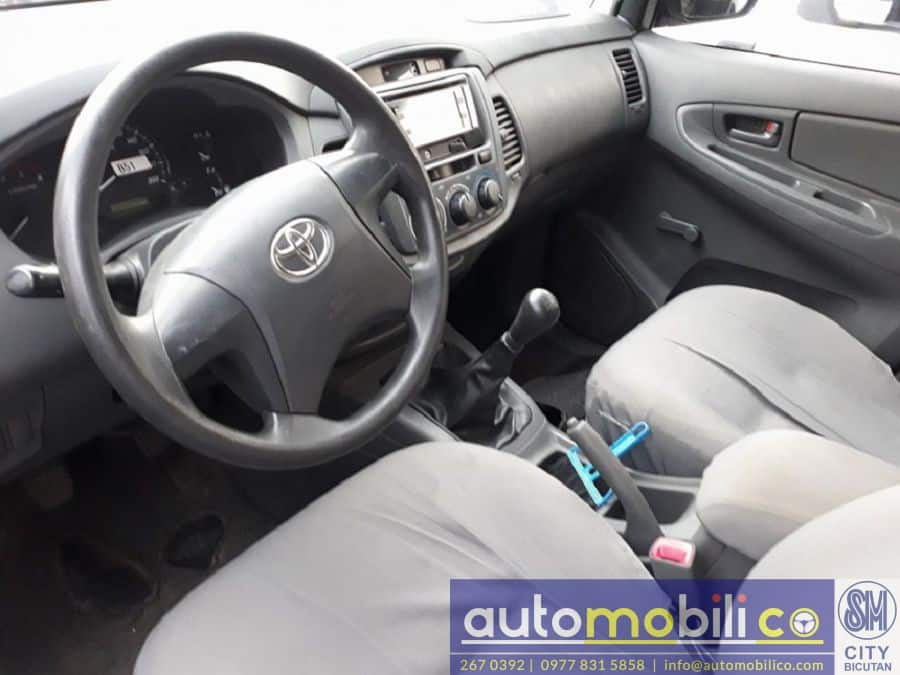 2015 Toyota Innova J - Right View